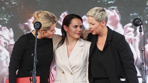 Veronika Tsepkalo, Frau des früheren Präsidentschaftskandidaten Valery Tsepkalo, Präsidentschaftskandidatin Svetlana Tikhanovskaya und Maria Kolesnikova, eine Repräsentantin von Viktor Babarikos Wahlkampfbüro, nehmen an einer Unterstützungskampagne für Präsidentschaftskandidatin Svetlana Tikhanovskaya am 30. Juli 2020 in Minsk, Belarus teil.