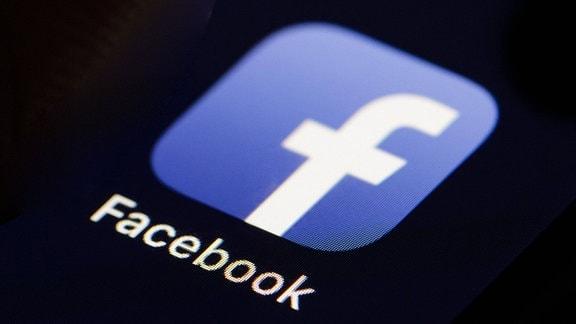 Das Logo des Social Media Plattform Facebook wird auf einem Smartphone angezeigt