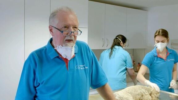 Tierarzt Dr. Georg Müller beim Interview in seiner Praxis