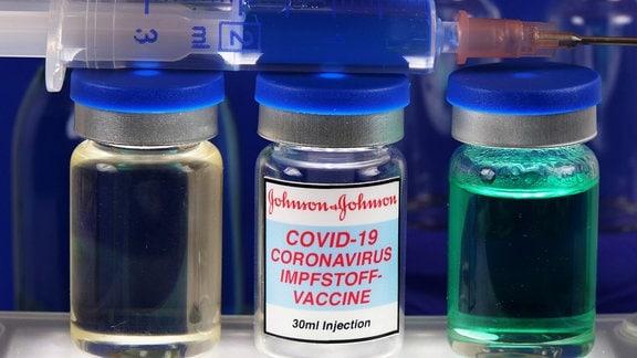Symbolbild Coronaserum-Impfstoffdose mit Spritze