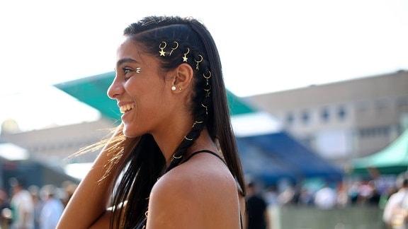 Bloggerin Claudia Martinez mit Haarschmuck