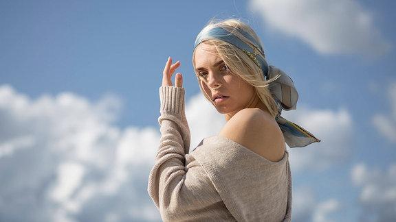 Portrait einer jungen Frau mit Haartuch