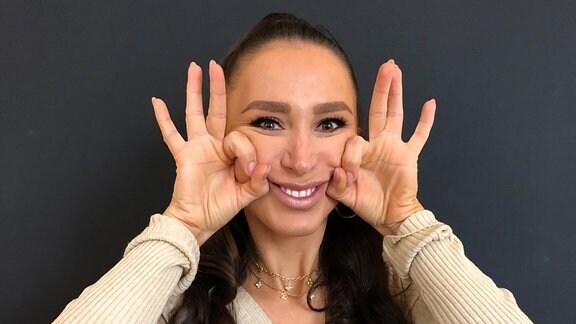 Eine junge Frau beim Gesichtsyoga