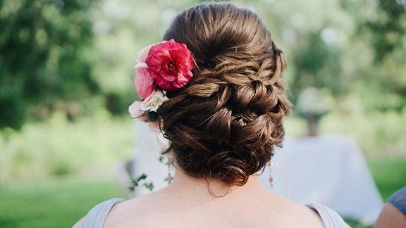 Blumen im Haar für die leichte Sommerfrisur.