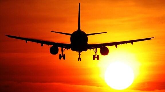 Passagierflugzeug fliegt in die Sonne