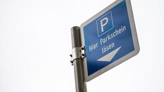 Ein Hinweisschild für Parkgebühren