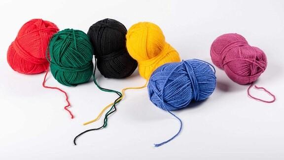 Wollbündel in bunten Farben