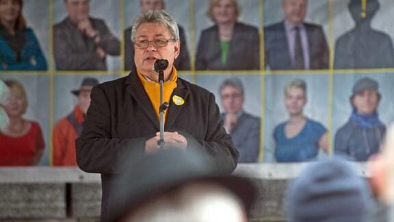 Der Oberbürgermeister der Stadt Dessau-Roߟlau, Peter Kuras (FDP), spricht am 11.03.2017 in Dessau-Roߟlau (Sachsen-Anhalt) auf dem Marktplatz zu den Teilnehmern einer Menschenkette die sich versammelt haben.
