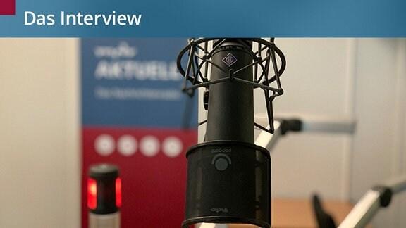 Ein Mikrofon in einem Radiostudio.