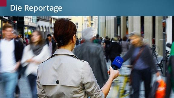 Eine Reporterin steht in der Leipziger Innenstadt und hält ein Mikrofon in die Masse. Viele Menschen laufen hektisch umher.