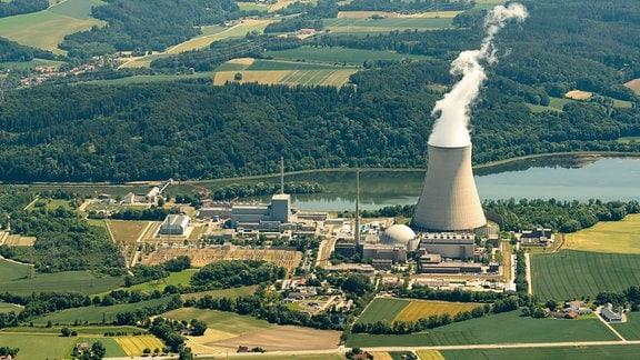 Kernkraftwerk Isar an der Isar aus der Luft