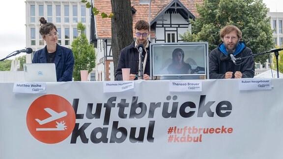 Luftbruecke -Unterstuetzer (v.l.) Mattea Weihe, Thomas Hoffmann, Theresa Breuer (Bildschirm), Ruben Neugebauer in Berlin