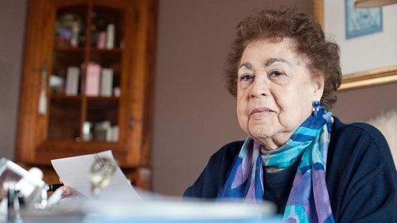 Die Autorin Gisela Steineckert sitzt an ihrem Arbeitstisch.