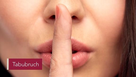 Nahaufnahme eines Frauengesichts mit einem Finger an die Lippen haltend.