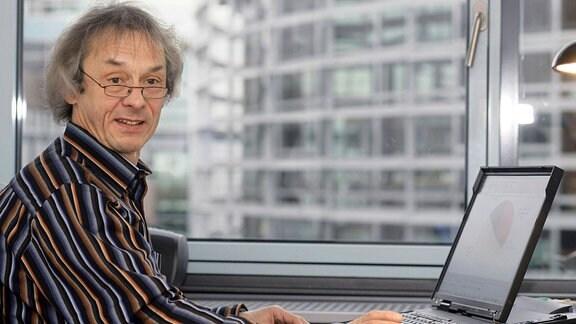 Der Professor für Statistik, Mathematik und empirische Wirtschafts- und Sozialforschung Gerd Bosbach arbeitet in seinem Büro am Standort Remagen der Fachhochschule Koblenz an seinem Laptop. 2007