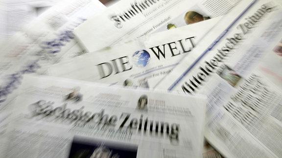Illustration - Verschiedene deutsche Tageszeitungen,  wie Sächsische Zweitung, Mitteldeutsche Zeitung, Die Welt und Frankfurter Allgemeine liegen zur Presseschau bereit