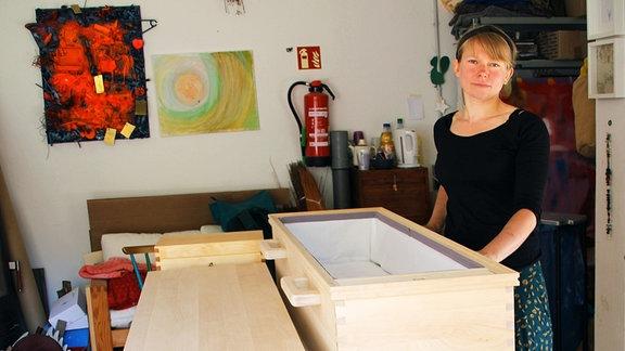 Tischlerin Julie Hanisch mit einem Sarg
