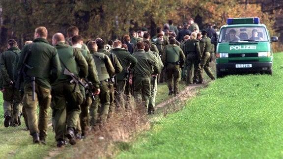 Großeinsatz der Polizei in Großdubrau anlässlich der Suche nach dem flüchtigen Verbrecher Frank Schmökel, 2000