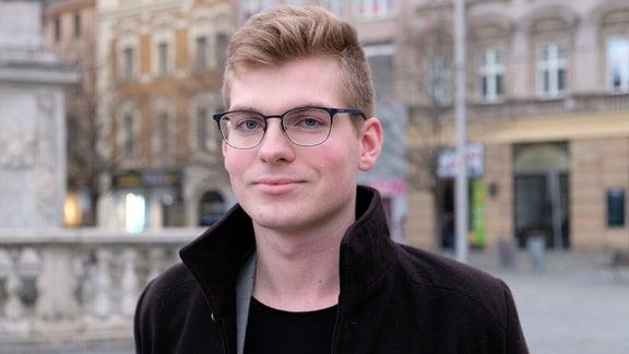 Porträtaufnahme eines jungen Mannes mit Brille