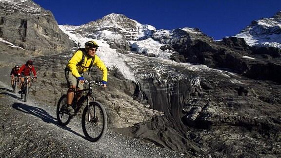 Mountainbiker auf dem kleinen Scheidegg im Berner Oberland