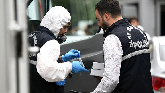 Türkische Polizisten bei der Spurensuche.