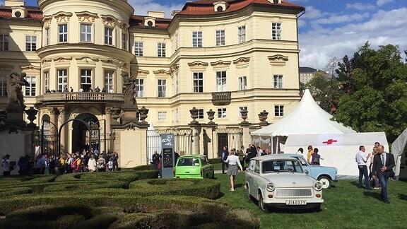 Trabis und Festzelte stehen im Garten der deutschen Botschaft in Prag.