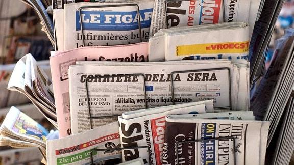 Internationale Tageszeitungen an einem Kiosk