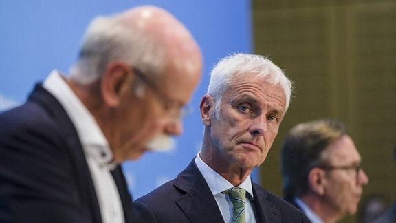 Vorstandsvorsitzender der Daimler AG Dieter Zetsche (L) und Vorstandsvorsitzender der Volkswagen AG Matthias Mueller