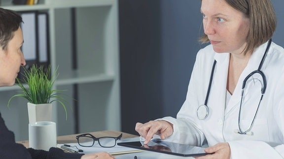 Ärztin im Patientengespräch