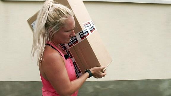 Steffi Dumpf als GLS-Paketbotin unterwegs