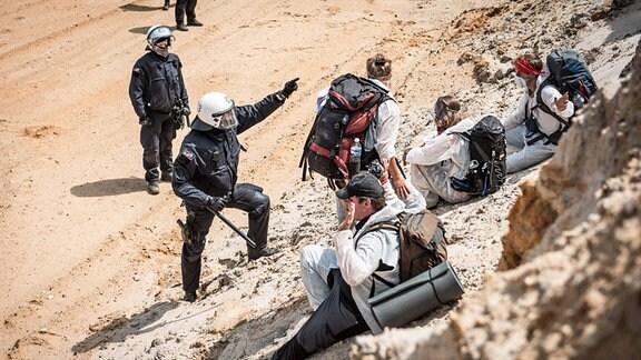 Aktivisten von «EndeGelände» werden auf dem Weg in den Tagebau Garzweiler von Polizisten gestopt.
