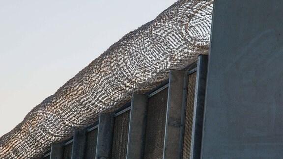 Natodraht auf der Mauer der Strafvollzugsanstalt Heidering in Großbeeren bei Berlin