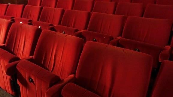 Leere Sitzreihen in einem Kinosaal.
