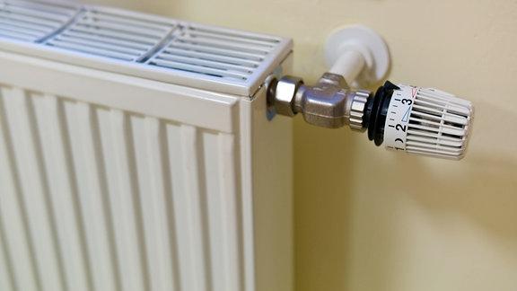 Der Thermostat eines Heizkörpers in einer Wohnung.