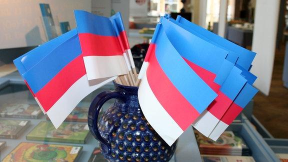 Sorbische Fähnchen mit Blick in die Sorbische Kulturinformation am Postplatz sind im Haus der Sorben zu sehen.