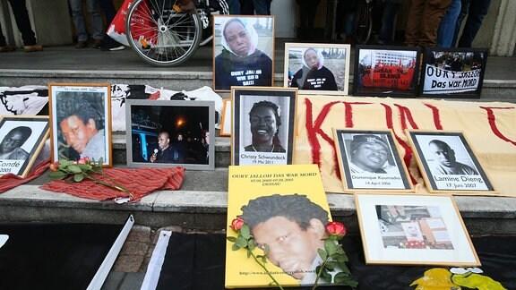 Fotos aufgestellt am Hauptbahnhof - Demonstration in Gedenken an den jaehrlichen Todestag von Oury Jalloh in Dessau