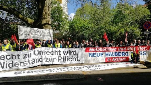 Proteste von Mitarbeitern der ES Automobilguss zu Prozessbeginn in Leipzig
