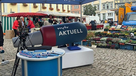 Das MDR AKTUELL Bürgersofa steht auf dem Marktplatz in Mühlhausen.