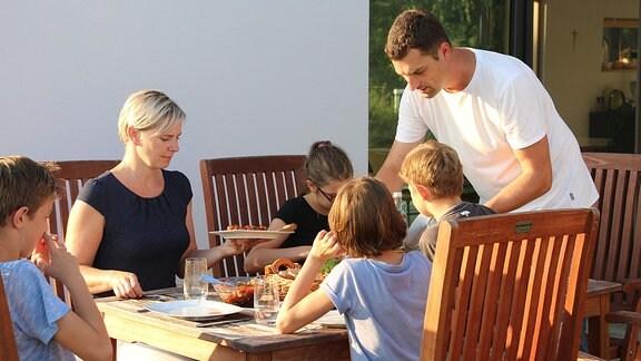 Familie Zieschwauck beim essen
