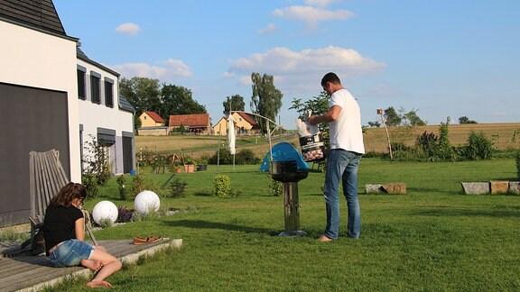 Marko Zieschwauck und Tochter Mila im Garten