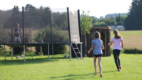Trampolin in Marko Zieschwaucks Garten