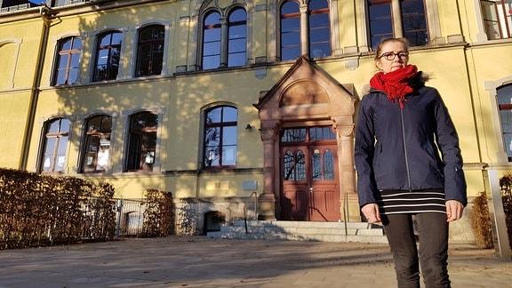 Ines Raith vor Dresdner Grundschule