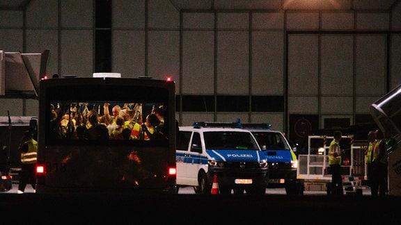 Erneute Abschiebung vom Flughafen München nach Afghanistan - Bus mit Polizisten und abgelehnten Asylbewerbern.