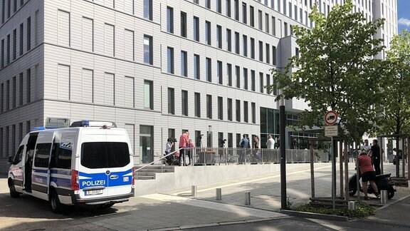 Polizeifahrzeug zum Schutz für Nawalny vor Berliner Charite