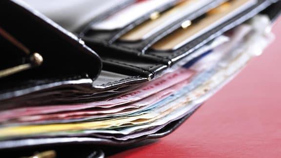 Ein aufgeklapptes Portmonee mit Geldscheinen