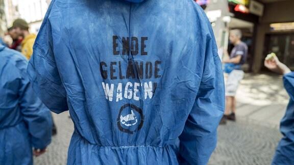 Demonstranten der Initiative Ende Gelände und Ende Geländewagen demonstrieren mit einer Straßenblockade in München für eine autofreie Innenstadt, gegen den Braunkohleabbau und gegen die Rodung des Hambacher Forsts
