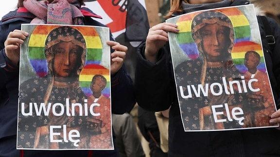 Protestierende halten Plakate hoch, auf denen die Jungfrau Maria mit einem Regenbogen-Heiligenschein zu sehen ist. Auf den Plakaten steht: Ela befreien