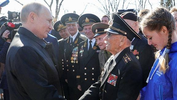 Wladimir Putin schüttelt einem alten Soldaten die Hand