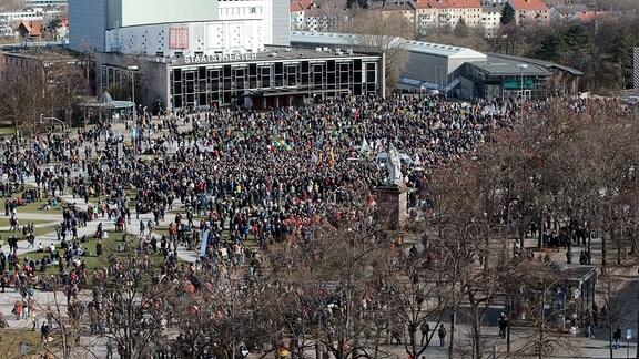 Bei einer Querdenken-Demonstration in Kassel kam es zu Ausschreitungen und Auseinandersetzungen zwischen Demonstranten und Polizei