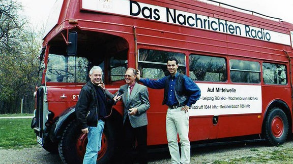 Sportreporter Walter Weitz von MDR INFO im Gespräch mit Täve Schur und Uwe Raab 1992.
